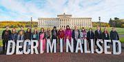 Glada aktivister framför det regionala parlamentet i Belfast. Niall Carson / TT NYHETSBYRÅN