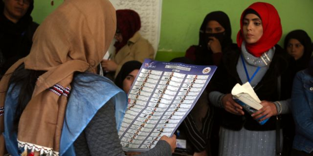 Valarbetare i en vallokal i Kabul  Rahmat Gul / TT NYHETSBYRÅN