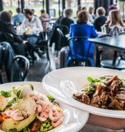 Restaurangerna i Sverige får återigen ha öppet och servera gäster som vanligt. Annat var det för ett år sedan. Tomas Oneborg/SvD/TT / TT NYHETSBYRÅN