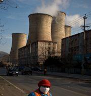 En städare utanför ett kolkraftverk i Peking. Alexander F. Yuan / SCANPIX