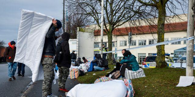 Flyktingar, polis och avspärrningar vid Migrationsverkets ankomstboende på Jägersro i Malmö- Anna Karolina Eriksson / TT / TT NYHETSBYRÅN