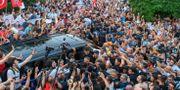 Ekrem Imamoğlu möter journalister och anhängare efter valsegern. BULENT KILIC / AFP