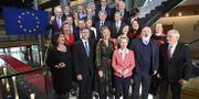 Ursula von der Leyen med sina nya kommissionärer.  FREDERICK FLORIN / AFP