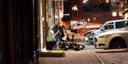 Nationella bombskyddets tekniker och en bombrobot undersöker brottsplatsen i Borås där ett misstänkt farligt föremål hittades.  Foto: Borås Tidning/Li Edqvist