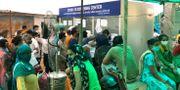 Människor väntar på covid-19-tester i New Delhi. Manish Swarup / TT NYHETSBYRÅN