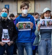 Demonstranter håller upp porträtt av Sapega och Protasevitj. WOJTEK RADWANSKI / TT NYHETSBYR�N