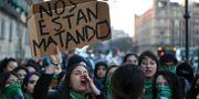 """""""De dödar oss"""", står det på en skylt under en demonstration mot våldet i Mexiko. Eduardo Verdugo / TT NYHETSBYRÅN"""