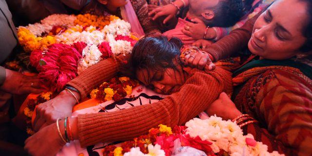 Sanjana sörjer sin make som dödades i självmordsdådet i Kashmir. Rajesh Kumar Singh / TT NYHETSBYRÅN