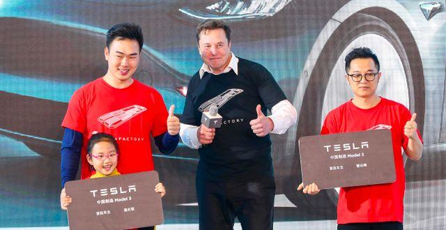 Arkivbild: Teslas Elon Musk tillsammans med Teslaköpare vid en ceremoni i Shanghai. STR / AFP