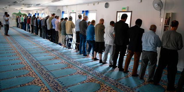 Män som ber i moskén i Växjö, arkivbild. Johan Nilsson/TT / TT NYHETSBYRÅN