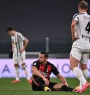 Zlatan Ibrahimovic drabbades av en knäskada i matchen mot Juventus.  MARCO BERTORELLO / TT NYHETSBYRÅN