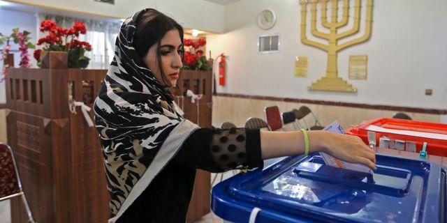 En väljare lägger sin röst. ATTA KENARE / TT NYHETSBYRÅN