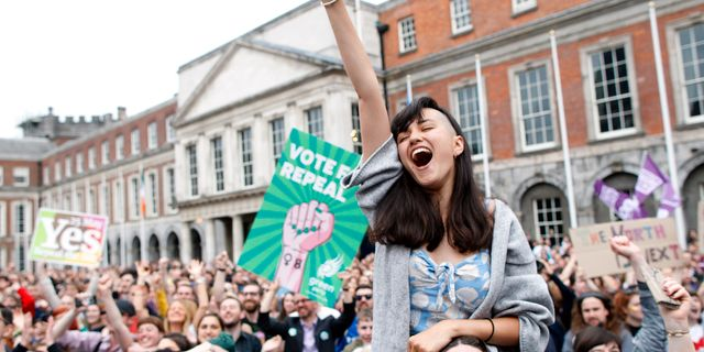 """""""Ja""""-sidan firar efter beskedet att man vunnit omröstningen om att upphäva abortförbudet, maj 2018. Peter Morrison / TT NYHETSBYRÅN/ NTB Scanpix"""