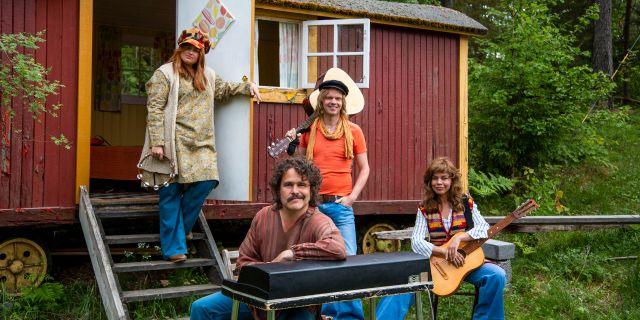 Lotta Lundgren, Erik Haag, Kakan Hermansson och Olof Wretling startar band i en ny SVT-serie. Pressbild. Nexiko