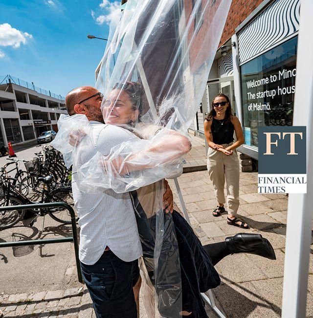 Yannika Ehde ger Hassan Moghaddam en kram i kramstationen på Minc i Malmö, juni 2020.  Johan Nilsson/TT