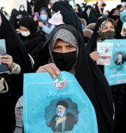 Anhängare till Ebrahim Raisi i Teheran. Ebrahim Noroozi / TT NYHETSBYRÅN