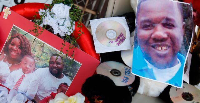 Vid platsen samlades bilder, hälsningar och blommor till minne av Alton Sterling.  Gerald Herbert / TT / NTB Scanpix