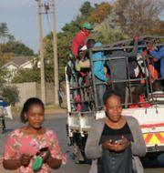 Människor i huvudstaden Harare/Arkivbild Tsvangirayi Mukwazhi / TT NYHETSBYRÅN
