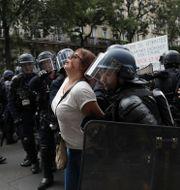 En kvinna som grips under dagens demonstration. Adrienne Surprenant / TT NYHETSBYRÅN