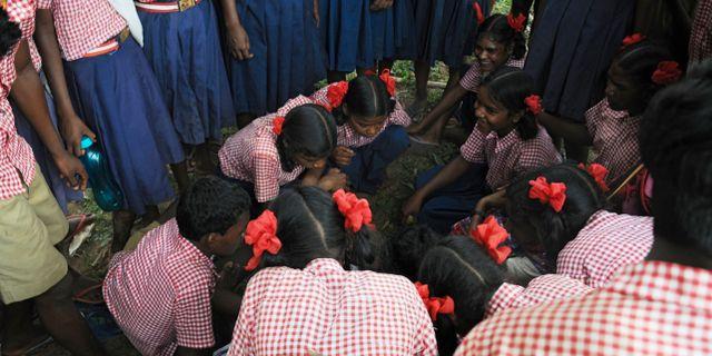 Skolbarn deltar i byrådsmöte efter bortförandet av aktivisterna - / AFP