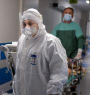 Sjukvårdare hjälper en patient i den polska staden Bochnia. Omar Marques / TT NYHETSBYRÅN
