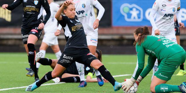 Göteborgs Julia Zigiotti Olme framför Växjös målvakt Katlynn Fraine. CARL SANDIN / BILDBYRÅN