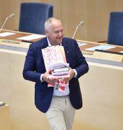 Sjöstedt med sina gåvor. Henrik Montgomery/TT / TT NYHETSBYRÅN