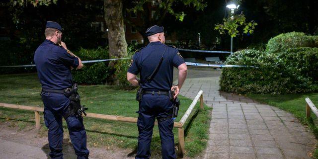 Poliser vid avspärrningarna vid brottsplatsen. Johan Nilsson/TT / TT NYHETSBYRÅN