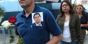En man bär en bild på Alan García. Martin Mejia / TT NYHETSBYRÅN/ NTB Scanpix