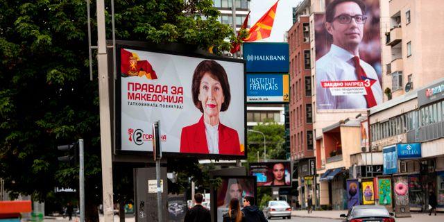 Valaffischer på de båda huvudkandidaterna Gordana Siljanovska-Davkova och Stevo Pendarovski.  ROBERT ATANASOVSKI / AFP
