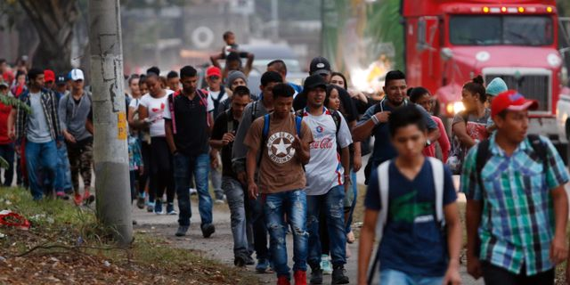Honduranska migranter på väg mot den amerikanska gränsen.  Delmer Martinez / TT NYHETSBYRÅN/ NTB Scanpix