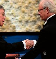 Kazuo Ishiguro tar emot litteraturpriset från Carl XVI Gustaf. JONATHAN NACKSTRAND / AFP
