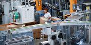 Arkivbild: Arbetare på Stihls fabrik i Virginia Beach, Virginia, USA. John Minchillo / TT NYHETSBYRÅN