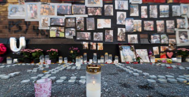 Minnesplats för Ndella Jack, som sköts ihjäl i Vällingby förra året. Stina Stjernkvist/TT / TT NYHETSBYRÅN