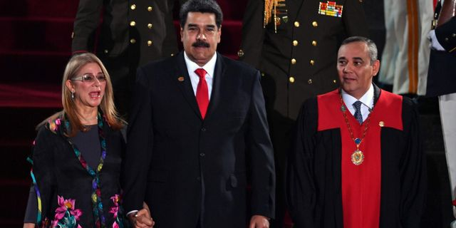 Maduro tillsammans med sin hustru Cilia Flores och högsta domstolens ordförande Maikel Moreno i samband med ceremonin. YURI CORTEZ / AFP