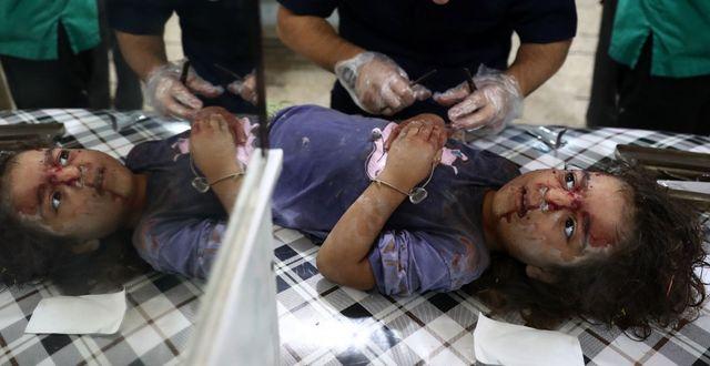 Barn vårdas på ett tillfälligt sjukhus i en rebellkontrollerad stad utanför Damaskus efter lufträder, 3 oktober. ABD DOUMANY / AFP