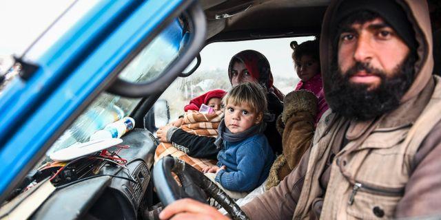 En familj flyr från Idlib-provinsen. TT NYHETSBYRÅN