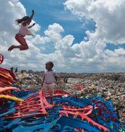 Illustrationsbild: Barn leker på sopstation i Kenya. Ben Curtis / TT NYHETSBYRÅN