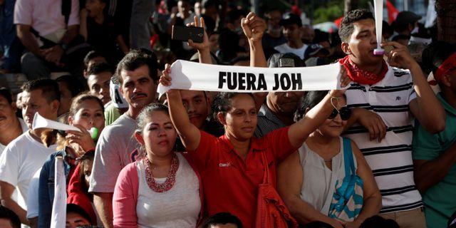 Demonstranter i staden San Pedro Sula.  JORGE CABRERA / TT NYHETSBYRÅN