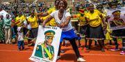 Anhängare av nye presidenten Emmerson Mnangagwa hyllar general Chiwenga i under fredagen. JEKESAI NJIKIZANA / AFP