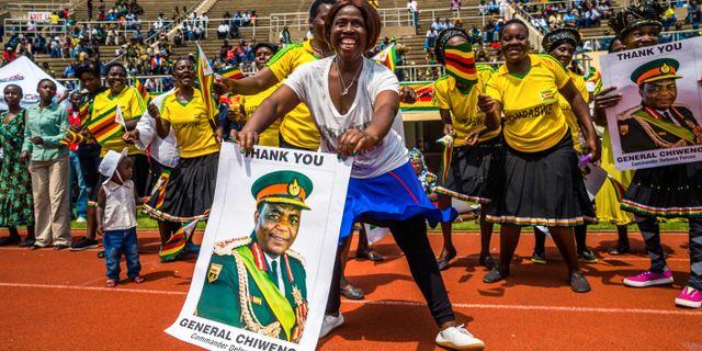 Anhängare av nye presidenten Emmerson Mnangagwa hyllar general Chiwenga i  under fredagen. JEKESAI NJIKIZANA   54885066b0dbe