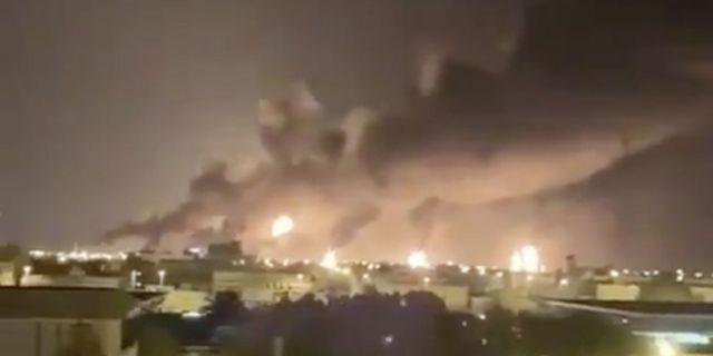 Rök från oljeanläggningen i Abqaiq i Saudiarabien. Arkivbild. TT.