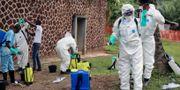 Räddningspersonal förbereder sig för att desinfektera personer. John Bompengo / TT / NTB Scanpix