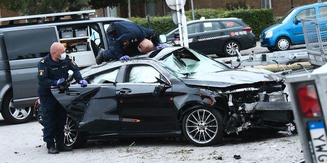 Polisens kriminaltekniker undersöker bilen. Johan Nilsson/TT / TT NYHETSBYRÅN
