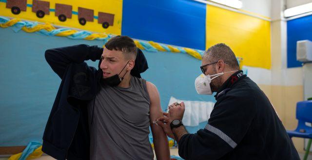 En israelisk ung man vaccineras mot covid-19.  Maya Alleruzzo / TT NYHETSBYRÅN