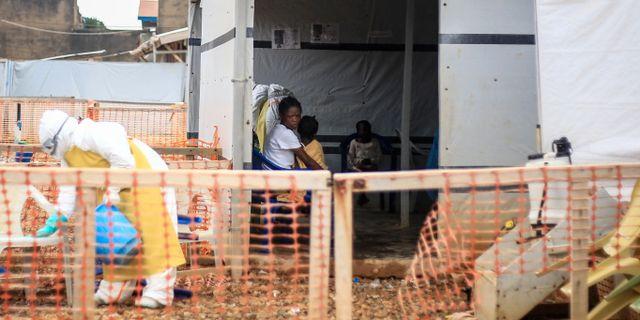 En kvinna sitter med sin femåriga dotter i ett ebolacenter i Kongo-Kinshasa. Al-hadji Kudra Maliro / TT NYHETSBYRÅN