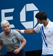 Novak Djokovic och linjedomaren som träffades. DANIELLE PARHIZKARAN / BILDBYRÅN