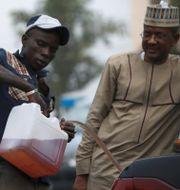 Man tankar bil i Abuja, Nigeria. Arkivbild. AFOLABI SOTUNDE / TT NYHETSBYRÅN