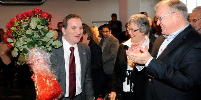 Göran Persson gratulerar Stefan Löfven efter att den senare valts till partiledare. Arkivbild. ANDERS WIKLUND / TT / TT NYHETSBYRÅN