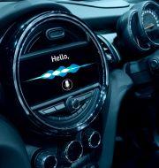 Bilinteriör med display som visar att man kan använda röststyrning. Shutterstock.